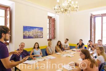 Un enseignant parlant à une classe pleine d'élèves de langue