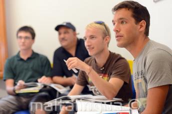 Les étudiants de langue écoutent en classe