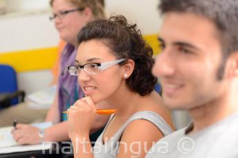 Une étudiante écoutant attentivement