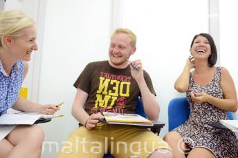 Les étudiants rient et s'amusent en classe