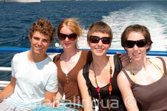 Une famille profitant du voyage en bateau de l'école de langue