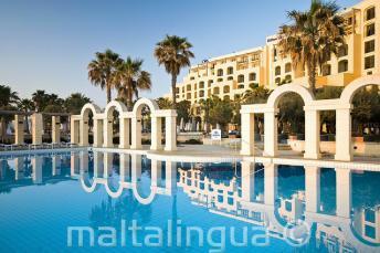 La piscine extérieur du Hilton à St Julians, Malte