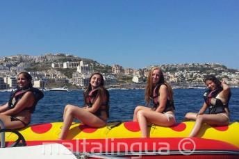 4 filles en promenade en bateau banane