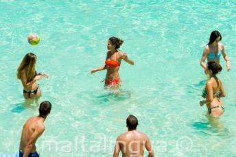 Étudiants de l'école d'anglais jouent au volleyball à Blue Lagoon, Malte