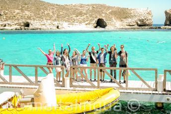 Un groupe d'étudiants près du bateau à Blue Lagoon, Comino