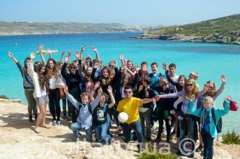 Un grupe d'étudiants d'anglais en excursion à Comino, Malte