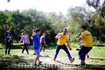 Les étudiants jouent au parc Kennedy Grove près de la résidence de l'école