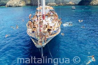Étudiants d'anglais en excursion en bateau prêts à sauter à la mer