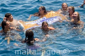 Chefs de groupe de l'école d'anglais nageant avec les étudiants