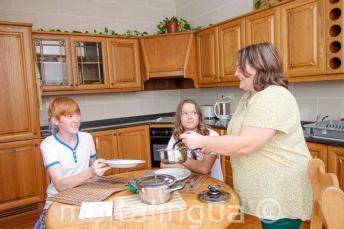 Étudiants dînent avec sa famille d'accueil de l'école