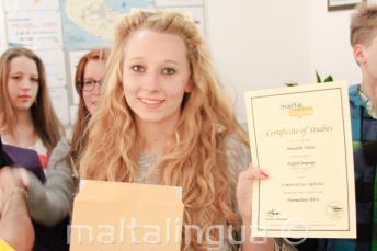 Jeune étudiante de langue avec son certificat de cours d'anglais