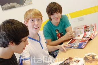 Jeunes étudiants d'anglais faisant une activité de langue