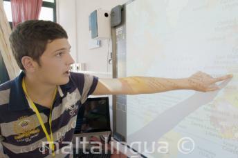 Étudiant signalant une carte en classe
