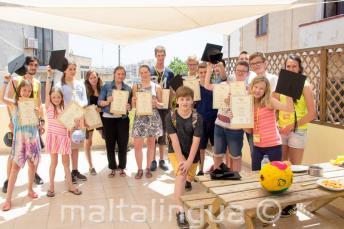 Un groupe d'éudiants d'anglais ayant complété leur cours de langue