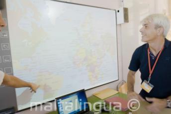 Un enseignant d'anglais regardant le tableau interactif