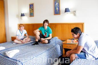 3 jeunes étudiants dans une chambre de la résidence de l'école