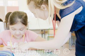 Un insegnante aiuta un bambino in classe