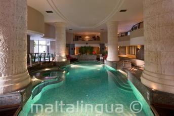 Piscine intérieure et spa de l'hôtel à St Julians, Malte