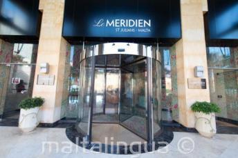 Porte tournante à l'entrée de l'hôtel Le Meridien à St Julians