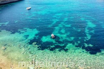 Vue d'une baie à Malte Avec l'eau tourquoise