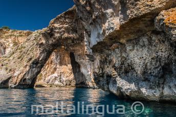 Un arc rocheux dans la mer à Blue Grotto, Malte