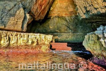Des couleurs vives dans l'eau à Blue Grotto