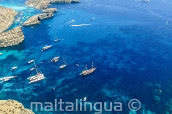Bateau navigant, en partant de Comino, Malte