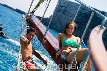 2 étudiants se détendent sur le bateau à Comino, Malte.