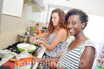 Un étudiant aidant sa famille d'accueil à préparer le dîner