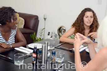 Les étudiants d'anglais dînent à la table de leurs familles d'accueil à St Julians