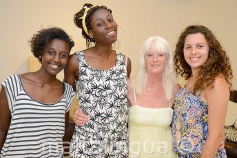 Les étudiants d'anglais posent avec leur famille d'accueil