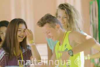 Étudiants dansant et riant lors d'une pause