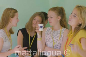 Enseignant et chef de groupe parlent aux étudiants