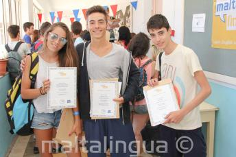 3 étudiants avec leurs certificats ayant complété les cours