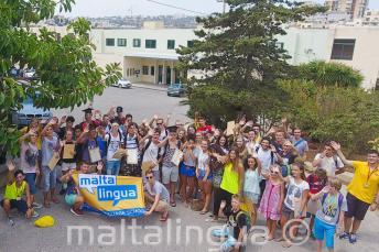 Un grand groupe d'étudiants à l'extérieur de l'école