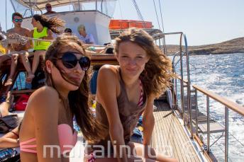 2 filles ados lors d'un voyage en bateau
