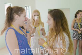 2 étudiantes de langue anglaise parlent à l'école