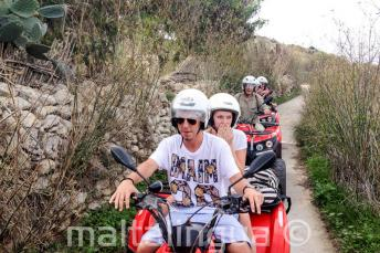 Les étudiants pendant le tour en quad à Gozo