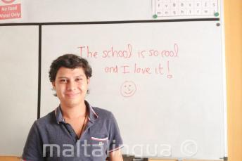 Un étudiant d'anglais qui a écrit de bons commentaires sur le tableau