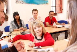 Un professeur d'anglais donnant un cours de langue dans notre école à Malte.