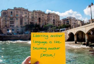 Apprendre une autre langue est comme devenir une autre personne. À Balluta Bay, St Julians