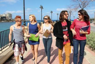 Les étudiants pratiquent l'anglais après les classes près de St Julians Bay, Malta