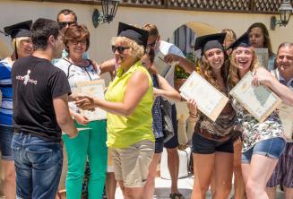 À la fin de leur cours d'anglais à Malte les étudiants reçoivent un certificat