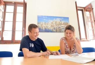 Un professeur donne une classe particulière d'anglais à notre école à Malte