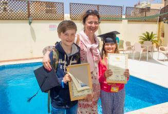 Une mère avec ses deux enfants ayant complété le cours de langue