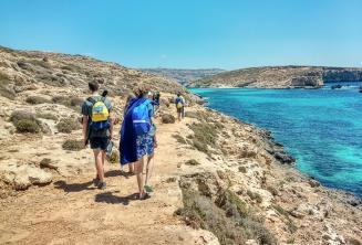 Étudiants de langue anglaise marchant à côté de Blue Lagoon