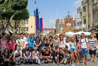 Jeunes étudiants de l'école de langue à une fête à Malte