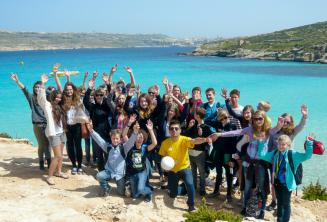Un groupe d'étudiants d'anglais en excursion à Comino, Malte