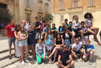 Étudiants assis sur un canon à Mdina