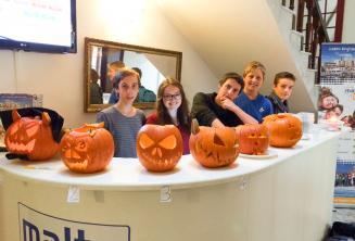 Jeunes étudiants avec de citrouilles sculptées à la réception de l'école